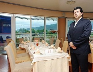 Waiter training guide learn food beverage service greeting seating guest restaurant m4hsunfo